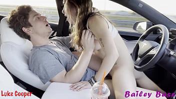 Incesto porno com novinha safada metendo com o seu meio irmão no carro