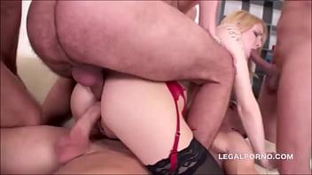Tripla penetração da loira gostosa sendo fodida por três machos