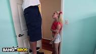 Adolescente putinha chupa e fode com vizinho maduro careca ticudo