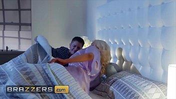 Sexo selvagem loira fogosa faz marido corno enquanto ele dorme