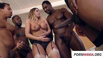 Video porno de suruba branquinha safada trepando com negões