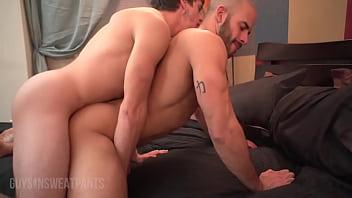 Porno gay careca roludo ganha beijo grego e acaba dando cu